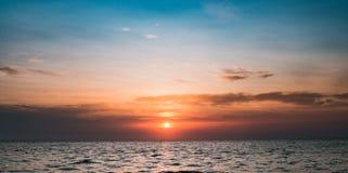 Νεφελώδες βαλμένο σε στρώσεις ηλιοβασίλεμα στον ωκεανό Στοκ φωτογραφίες με δικαίωμα ελεύθερης χρήσης