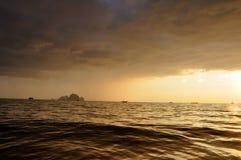 Νεφελώδες ηλιοβασίλεμα στο AO Nang Στοκ Φωτογραφίες