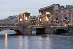 Νεφελώδες πρωί Δεκεμβρίου στη γέφυρα Lomonosov Πετρούπολη Άγιος Στοκ Εικόνες