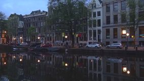 Νεφελώδες πρωί Σεπτεμβρίου στο κανάλι πόλεων Άμστερνταμ Κάτω Χώρες απόθεμα βίντεο
