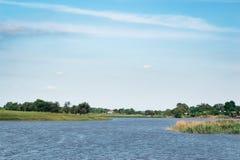 Νεφελώδες συννεφιασμένος ουρανού πέρα από τον ποταμό στοκ εικόνες