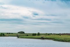 Νεφελώδες συννεφιασμένος ουρανού πέρα από τον ποταμό στοκ εικόνες με δικαίωμα ελεύθερης χρήσης