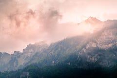 Νεφελώδες τοπίο βουνών το βράδυ Στοκ Φωτογραφία