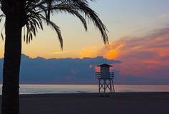 Νεφελώδης ανατολή πέρα από την παραλία Μεσογείων στην περιοχή της Βαλένθια της Ισπανίας Στοκ Εικόνες