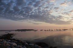 Νεφελώδης ανατολή πέρα από τον κόλπο Casco με τις βάρκες στο υπόβαθρο Στοκ φωτογραφίες με δικαίωμα ελεύθερης χρήσης