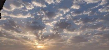 Νεφελώδης ηλιόλουστος ουρανός στοκ φωτογραφίες με δικαίωμα ελεύθερης χρήσης