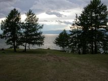 Νεφελώδης ημέρα ακτών λιμνών, λίμνη Baikal στοκ φωτογραφία