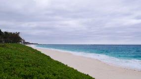 Νεφελώδης ημέρα πέρα από μια παραλία σε Nassau στοκ φωτογραφία με δικαίωμα ελεύθερης χρήσης
