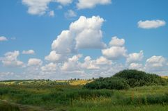 Νεφελώδης θερινός ουρανός πέρα από τη λοφώδη κοιλάδα λιβαδιών των κρατημένων θέσεων της Ρωσίας Τομέας και χλόη τοπίων Στοκ φωτογραφίες με δικαίωμα ελεύθερης χρήσης