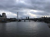 Νεφελώδης και θλιβερή πόλη του Λονδίνου πέρα από τον ποταμό Τάμεσης με τα ορόσημα στοκ φωτογραφία με δικαίωμα ελεύθερης χρήσης