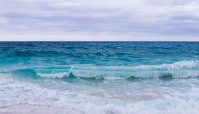 Νεφελώδης και θυελλώδης ημέρα πέρα από τον Ατλαντικό Ωκεανό στοκ φωτογραφίες