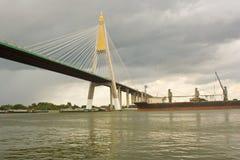 Νεφελώδης ουρανός και γέφυρα και αποστολή. Στοκ Εικόνες