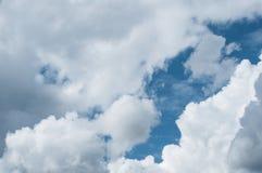 Νεφελώδης ουρανός με τα σύννεφα Nimbus cumulo στοκ φωτογραφία με δικαίωμα ελεύθερης χρήσης