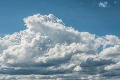 Νεφελώδης ουρανός με τα σύννεφα Nimbus cumulo στοκ φωτογραφία