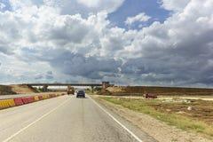 Νεφελώδης ουρανός πέρα από το δρόμο κάτω από την κατασκευή Δύο επιπέδων ανταλλαγή στη διατομή των εθνικών οδών στοκ φωτογραφίες με δικαίωμα ελεύθερης χρήσης