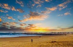 Νεφελώδης ουρανός πέρα από το Newport Beach στο ηλιοβασίλεμα Στοκ εικόνες με δικαίωμα ελεύθερης χρήσης