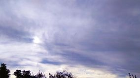 Νεφελώδης ουρανός Timelapse με τον ήλιο που λάμπει μέσω των σύννεφων και των ακτίνων του φωτός απόθεμα βίντεο