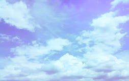 Νεφελώδης που απομονώνεται άσπρος στο μπλε ουρανό Στοκ εικόνες με δικαίωμα ελεύθερης χρήσης