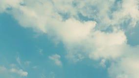 Νεφελώδης που απομονώνεται άσπρος στο μπλε ουρανό Στοκ εικόνα με δικαίωμα ελεύθερης χρήσης