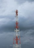 νεφελώδης πύργος τηλεπικοινωνιών ουρανού πόλων Στοκ Φωτογραφίες