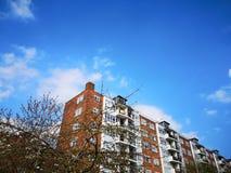 Νεφελώδης σαφής ουρανός με το εκλεκτής ποιότητας κτήριο στοκ φωτογραφία