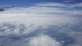 Νεφελώδης τοπ άποψη υποβάθρου ουρανού από το παράθυρο αεροπλάνων απόθεμα βίντεο