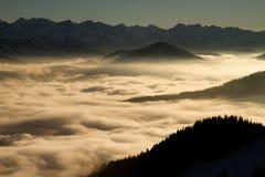 νεφελώδη βουνά Στοκ Φωτογραφίες