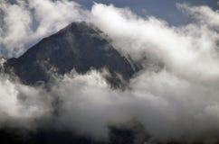 Νεφελώδεις αιχμές βουνών Στοκ φωτογραφία με δικαίωμα ελεύθερης χρήσης