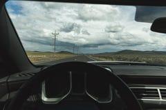 Νεφελώδεις ουρανοί από την προοπτική οδηγών Στοκ φωτογραφία με δικαίωμα ελεύθερης χρήσης