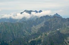 νεφελώδες βουνό τοπίων Στοκ Εικόνες