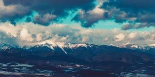 Νεφελώδες βράδυ στα βουνά Ryla, Βουλγαρία Φεβρουάριος Στοκ εικόνες με δικαίωμα ελεύθερης χρήσης