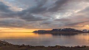 Νεφελώδες ηλιοβασίλεμα πέρα από τη θάλασσα σε Grundarfjordur στην Ισλανδία Στοκ Φωτογραφίες