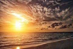 Νεφελώδες ηλιοβασίλεμα στην παραλία Μαλδίβες Στοκ φωτογραφία με δικαίωμα ελεύθερης χρήσης