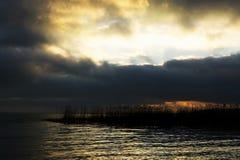 Νεφελώδες ηλιοβασίλεμα στη λίμνη Balaton, Szigliget στοκ εικόνα με δικαίωμα ελεύθερης χρήσης