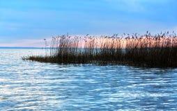 Νεφελώδες ηλιοβασίλεμα στη λίμνη Balaton, Szigliget στοκ εικόνες με δικαίωμα ελεύθερης χρήσης