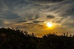 Νεφελώδες ηλιοβασίλεμα στον τομέα Στοκ εικόνες με δικαίωμα ελεύθερης χρήσης