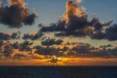 Νεφελώδες ηλιοβασίλεμα στον ωκεανό Στοκ φωτογραφία με δικαίωμα ελεύθερης χρήσης