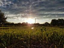 νεφελώδες ηλιοβασίλε&mu Στοκ φωτογραφίες με δικαίωμα ελεύθερης χρήσης