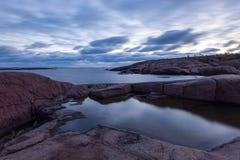 Νεφελώδες πρωί στη δύσκολη ακτή θάλασσας Στοκ Φωτογραφία