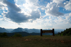 Νεφελώδες σημείο άποψης ουρανού στο μοναχό Crubasai - Ταϊλάνδη Στοκ φωτογραφία με δικαίωμα ελεύθερης χρήσης