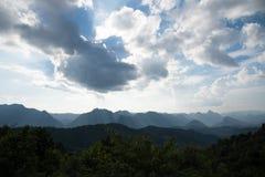 Νεφελώδες σημείο άποψης ουρανού στο μοναχό Crubasai - Ταϊλάνδη Στοκ Εικόνες