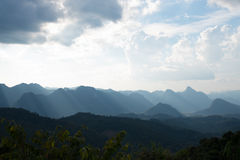 Νεφελώδες σημείο άποψης ουρανού στο μοναχό Crubasai - Ταϊλάνδη Στοκ Φωτογραφία