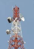 νεφελώδες χωριό πύργων ουρανού επικοινωνίας στοκ φωτογραφία