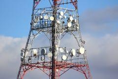 νεφελώδες χωριό πύργων ουρανού επικοινωνίας Στοκ εικόνα με δικαίωμα ελεύθερης χρήσης