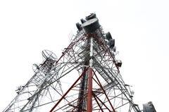 νεφελώδες χωριό πύργων ουρανού επικοινωνίας Στοκ εικόνες με δικαίωμα ελεύθερης χρήσης