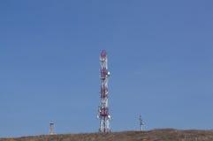 νεφελώδες χωριό πύργων ουρανού επικοινωνίας Στοκ Φωτογραφίες