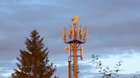 νεφελώδες χωριό πύργων ουρανού επικοινωνίας