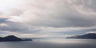 Νεφελώδες seascape στη ιρλανδική αγελάδα κομητειών ηλικίας φωτογραφία Στοκ Εικόνα