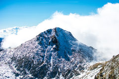 νεφελώδης αιχμή βουνών στοκ εικόνα