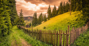 Νεφελώδης ανατολή πέρα από τους λόφους και το δάσος Στοκ Φωτογραφίες